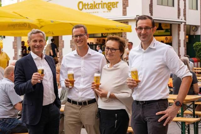O'zapft is' (v. l.): Alfred Hudler (Vorstandssprecher Ottakringer Getränke AG), Harald Mayer (Geschäftsführer Ottakringer Brauerei), Eva Weissmann (Bezirksvorsteher Stellvertreterin) und Tobias Frank (Geschäftsführer und 1. Braumeister Ottakringer Brauerei).