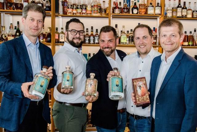 Wien Gin  Ein Gin nicht nur für Wien (v. l.): Franz Del Fabro (Geschäftsführung Del Fabro Kolarik), die Geschäftsführer der Kesselbrüder Florian Koller, Thomas Tirmantinger und Achim Brock sowie Matthias Ortner (Geschäftsführung Del Fabro Kolarik).