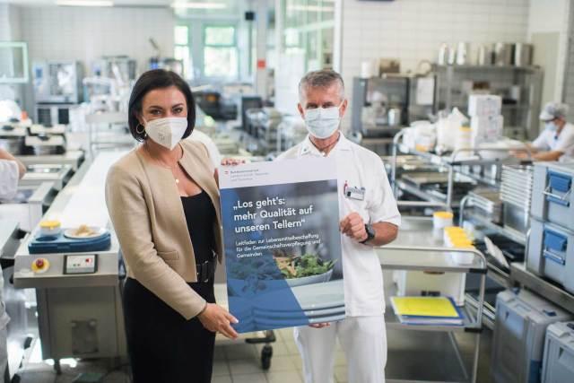 Regionalitäts-Initiative Ministerin Elisabeth Köstinger beim Besuch des Pflege- und Betreuungszentrums Wiener Neustadt.