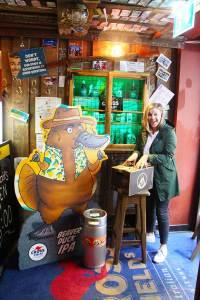 Karoline Winkler, Geschäftsführerin vom Crossfield's Australian Pub, nimmt die erste Lieferung vom Beaver Duck IPA in Empfang.