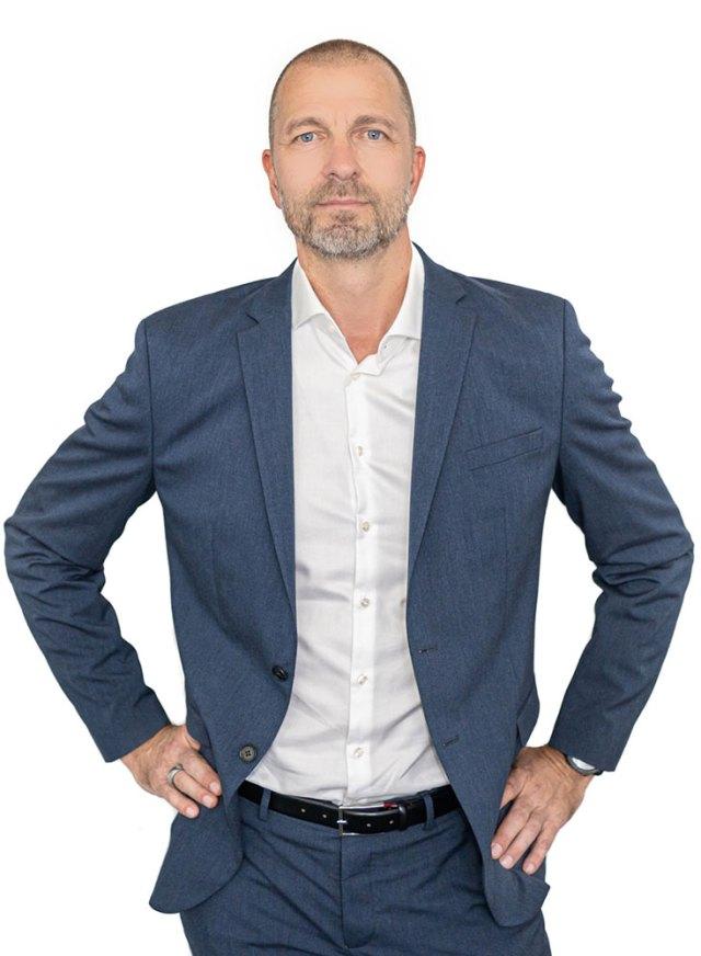 Martin Tille ist gelernter Koch und Kellner und absolvierte das Internationale Tourismus Management Kolleg in Krems. Nach einer erfolgreichen Karriere als Key Account Manager im Bereich neuer Payment-Methoden sowie internationaler Business Development Manager im Bereich POS-Lösungen bei Global Blue, einem weltweit agierenden Mehrwertsteuerrückerstattungsunternehmen, war Tille zuletzt als Vertriebsleiter tätig. Sein Hauptziel bei Edenred ist das weitere Wachstum des Kundenstamms und des Partner-Netzwerkes. Dabei arbeitet Tille eng mit Kukacka-Moser zusammen: Gemeinsam sorgen sie für die Sicherstellung der Kunden- und Partnerzufriedenheit, entsprechende Prozessoptimierungen sowie das Vorantreiben der weiteren Digitalisierung in diesem Bereich.
