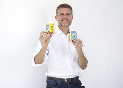 SalzburgMilch Marketingleiter Florian Schwap mit den neuen Trinkhalmen aus Papier.