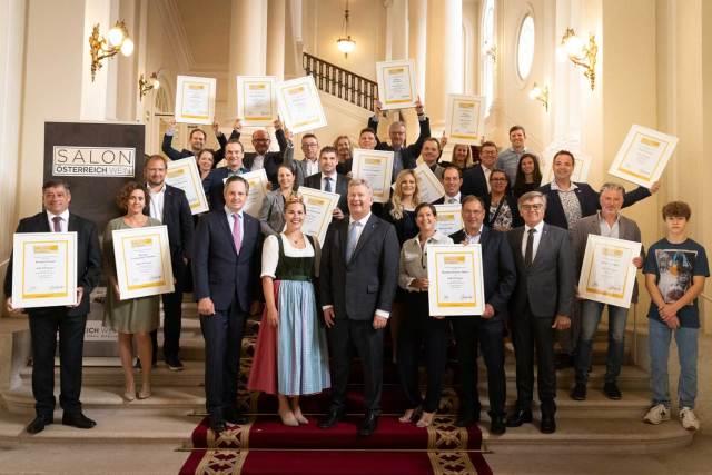 Die Sieger des SALON Österreich Wein 2021 mit Johannes Schmuckenschlager (Weinbaupräsident), Weinkönigin Diana I., Chris Yorke (ÖWM Geschäftsführung) und Gerhard Wohlmuth (ÖWM Aufsichtsratsvorsitz).