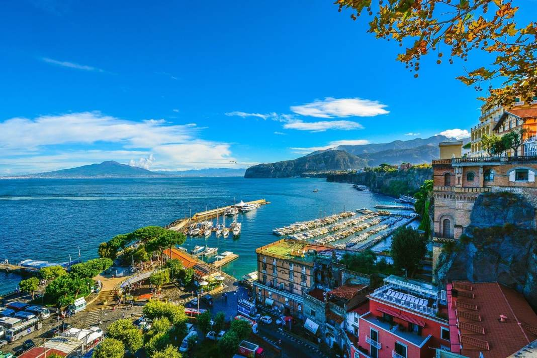 Sorrento is the gateway to the beautiful Amalfi Coast. Tips on things to do in Sorrento - what to see and places for foodies - #sorrento #amalfi #italy #travel #traveltips #thingstodo #foodies #travelblogger #food #sightseeing #limoncello