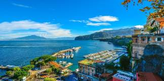 Sorrento is the gateway to the beautiful Amalfi Coast. Tip on things to do, what to see and places for foodies - #sorrento #amalfi #italy #travel #traveltips #thingstodo #foodies #travelblogger #food #sightseeing #limoncello