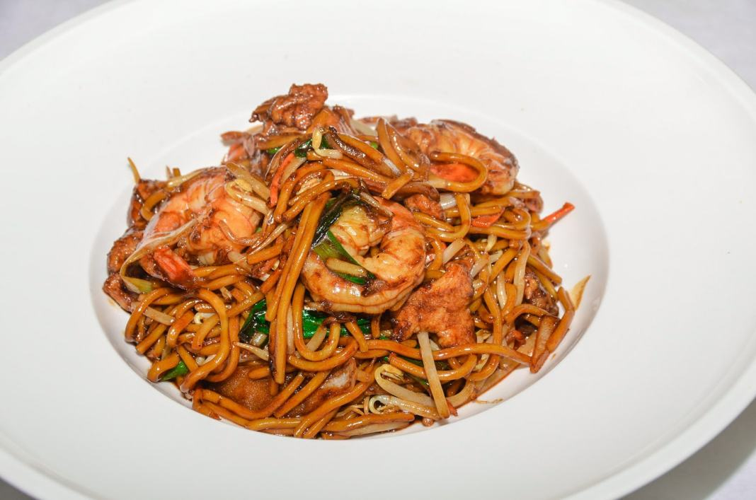 Discover the iconic food of Singapore - #singapore #foodie #travel #foodieguide #noodles #crab #SEAsia #SEAsiafood #gourmet #history #nonya #peranakan