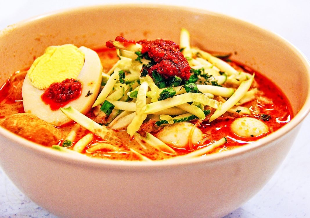 Discover the iconic food of Singapore - #singapore #foodie #travel #foodieguide #noodles #crab #SEAsia #SEAsiafood #gourmet #history #nonya #peranakan #laksa