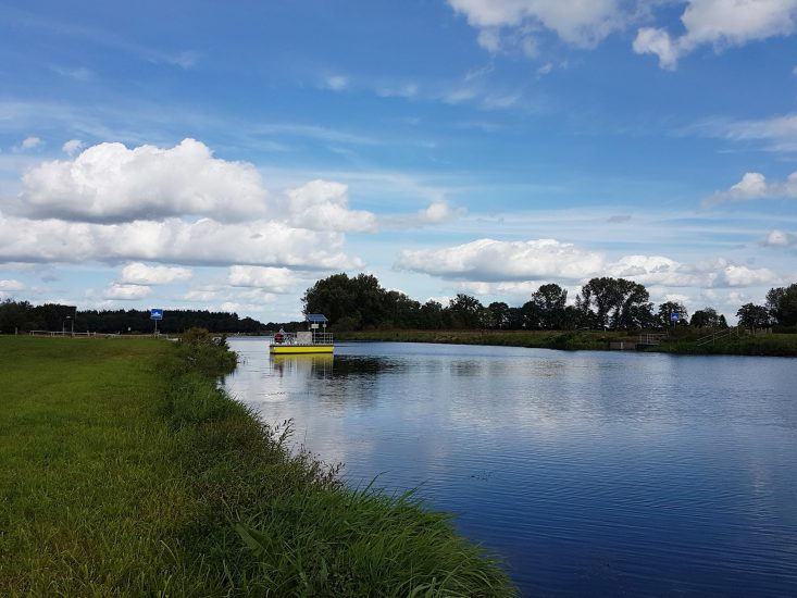 Fiets-en voetveer over rivier de Vecht