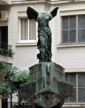 palacio-estrugamou-statue