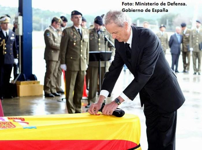 El ministro de Defensa impone la medalla al mérito con distintivo rojo al cabo fallecido