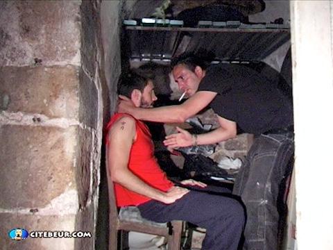 Master arabe poilu démonte une chienne dans les caves de la cité