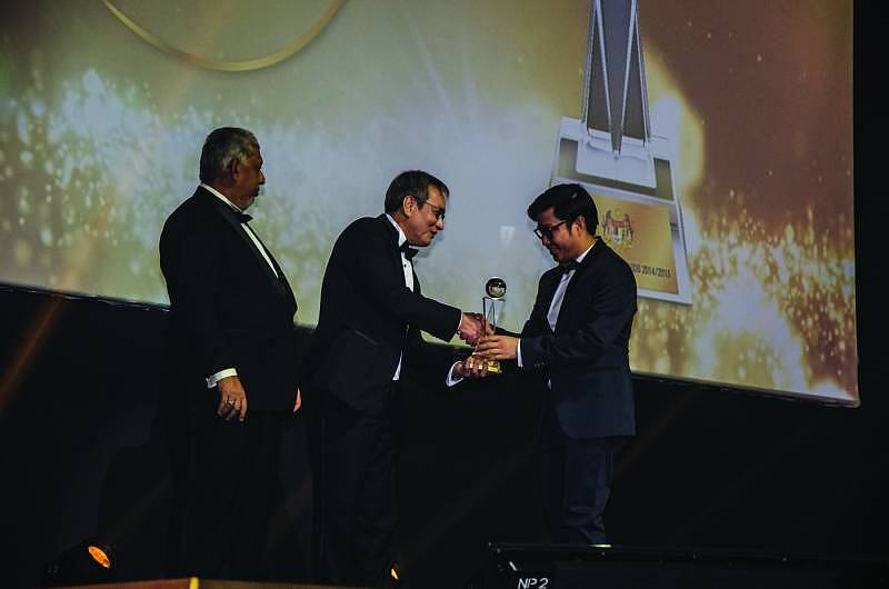 Gaya Travel Magazine Managing Director Nuar Mohd. Diah (right) receiving the award for the Best Tourism Magazine (Local) from the Tourism Malaysia Chairman Woo Chee Keong