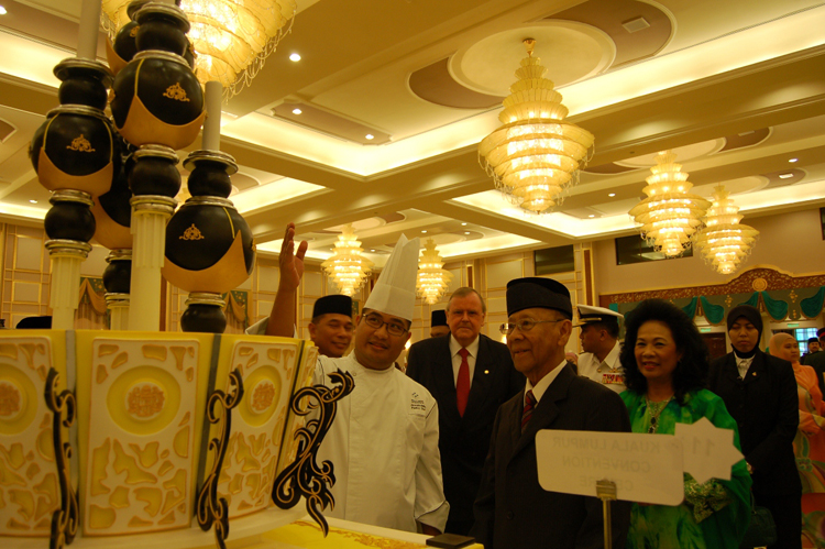 Chef is showing His Majesty the 2-tier cake dedicated to him from Kuala Lumpur Convention Centre
