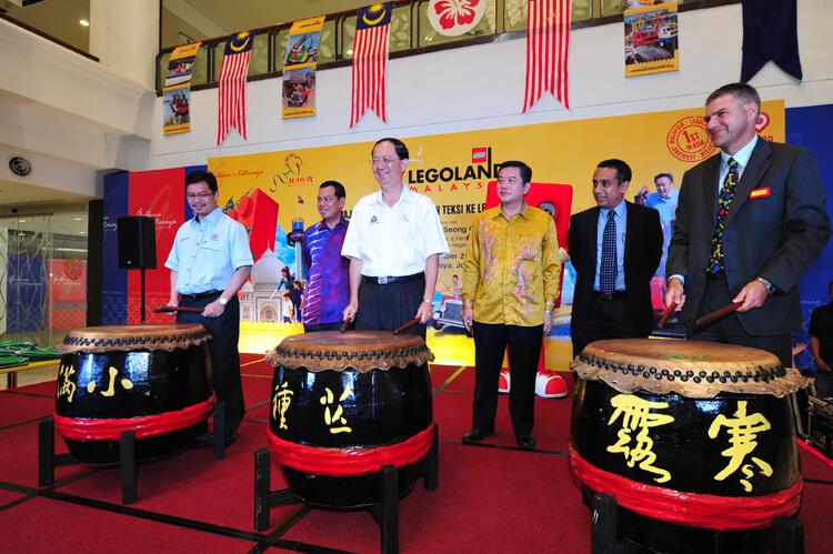 Left to right (Tuan Haji Kamarulzaman Haji Abu Kassim, President-CEO Johor Corp, Y.B. Datuk Hoo Seong Chang Chairman of Johor Tourism Committee, Siegfried Boerst