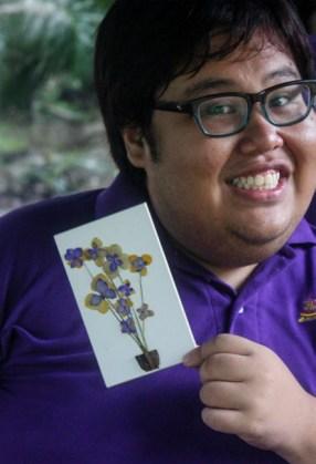 The delegate of KSS 2012 showing his pressed flower artwork