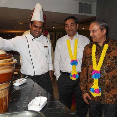 3) Chef Sadaquat Khan introducing some his signature dishes to Shri Vinesh Kumar Kalra, Second Secretary – High Commission of India, Shri K.N Ramachandran, First Secretary - High Commission of India and Steven Ong, Director of Sales & Marketing – BEST WESTERN PREMIER Dua.