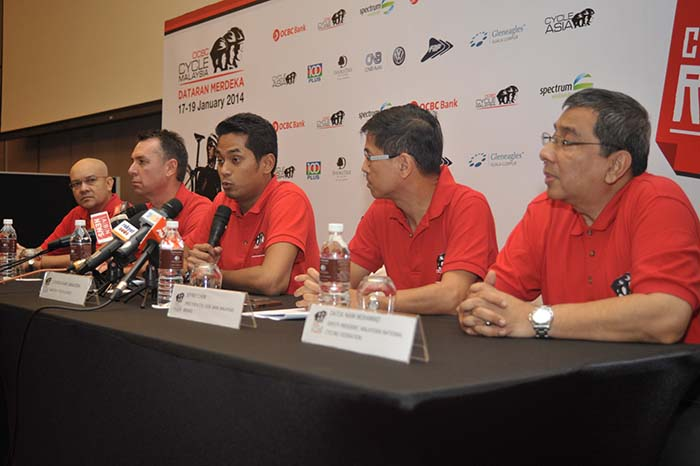 (From L-R) Mr Syed Abdull Aziz Syed, Director & CEO, OCBC Al-Amin Bank Berhad; Mr. Chris Robb, Managing Director, Spectrum Worldwide; Yang Berhormat Encik Khairy Jamaluddin Abu Bakar Minister of Youth and Sports; Jeffrey Chew, Director & CEO, OCBC Bank (Malaysia) Berhad; Datuk Haji Naim B. Datuk Haji Mohamad, Deputy President of the Malaysian National Cycling Federation.