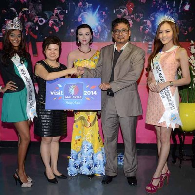 From left to right: Ms Thaarah Ganesan, Ms Malaysia Tourism 2013, Ms Monica Ong (王宝玲), Director of I-Berhad, En Mohammad Nor Ismail, Tourism Malaysia State Director of Selangor & Putrajaya and Ms Jennifer Ling, Second Runner up of Miss Malaysia Tourism 2013.
