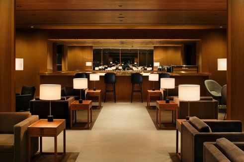 Freshly blended cocktails, including Cathay Pacific's signature drinks, and a variety of alcoholic & non-alcoholic drinks are served at the Bar