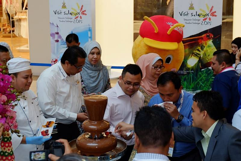 YB Tuan Amirudin bin Shari enjoying the chocolates and candies exhibited during the event