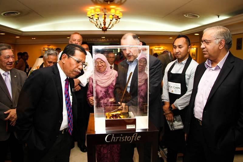 The Mayor of Kuala Lumpur Datuk Seri Hj Ahmad Phesal Hj Talib inspecting the just unveiled Mayors tropgy for the KL Big Kitchen Festival 2015