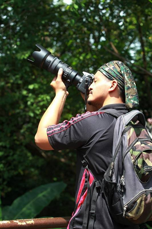 A photographer attempting to capture birds on camera during Wings of KKB Selangor Bird Race 2015 in Kuala Kubu Baharu. Image by Ghazali from Kosmo