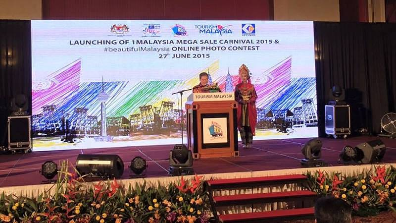 The Secretary General of the Ministry of Tourism and Culture Tan Sri Dr. Ong Hong Peng delivering his speech and launching the 1Malaysia Mega Sale Carnival