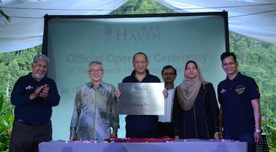 Minister of Tourism & Culture Malaysia officiating the launch.