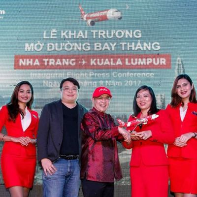 (From left to right) Spencer Lee, Head of Commercial for AirAsia Berhad; Dato' Fam Lee Ee, Board of Directors for AirAsia Berhad; and Nguyen Thị Le Thanh, Vice Director of Khanh Hoa Department of Tourism, at the inauguration of AirAsia's latest route from Kuala Lumpur to Nha Trang.