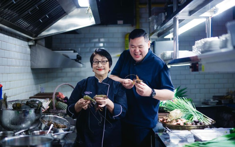 Where Foodies Meet: Foodie Giant Benjamin Yong savouring Singapore Stories