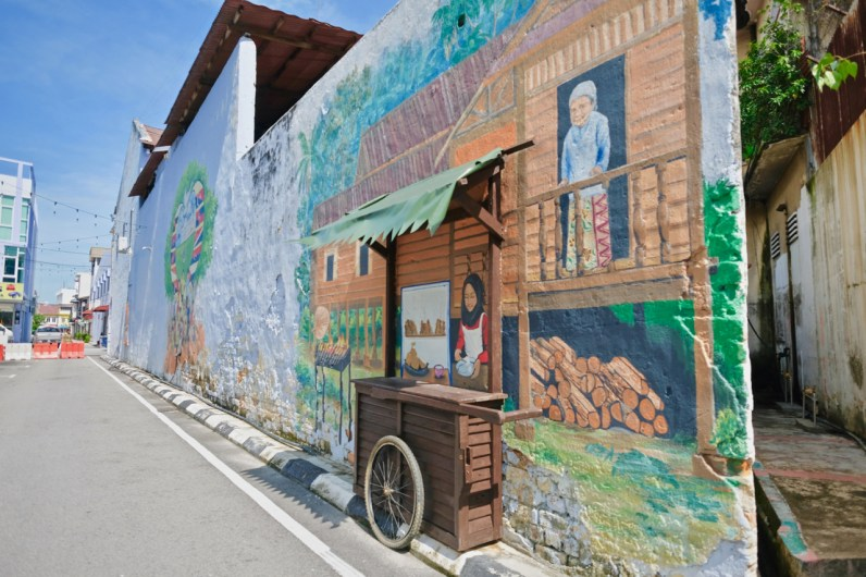 The satay stall 3D art mural in Muar Cultural Walk is known to be a local hotspot