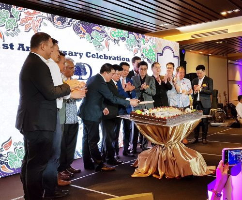 YAB Chow and Cornerstone Partners Group CEO Jason Chong picking up the knife to cut the anniversary cake as the other VIPs looked on