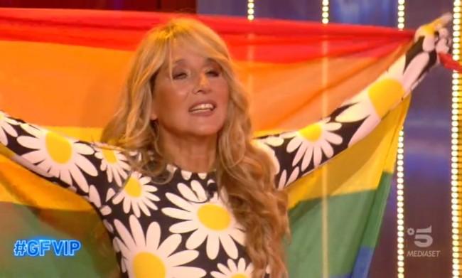 Grande Fratello Vip. Jo Squillo omaggia la comunità lgbt con una bandiera rainbow