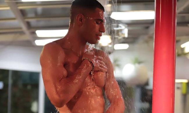 Samy Youssef sotto la doccia del Grande Fratello Vip