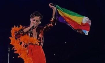 Harry Styles sventola una bandiera rainbow sul palco