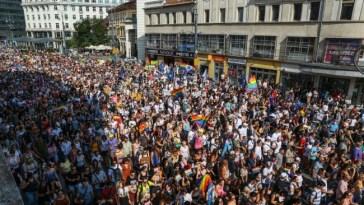 In decine di migliaia sfilano al Budapest Pride
