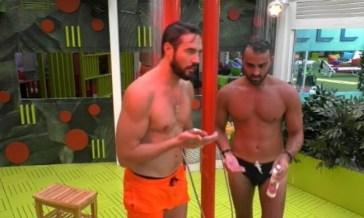 Grande Fratello Vip: la doccia di Alex Belli e Gianmaria Antinolfi