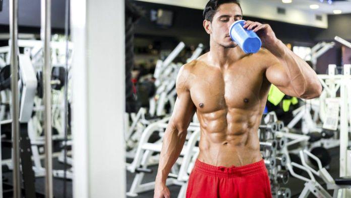 hombre_gym_bebiendo