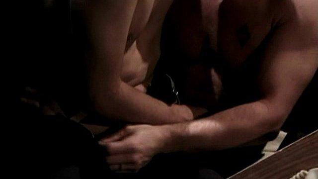 baise dans un bureau en pleine nuit 01 - Vidéo gay d'une baise en pleine nuit