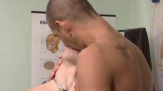 Ce jeune gays apprend un cours d'anatomie