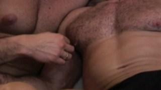 Barbus et fiers de baiser un jeune gay