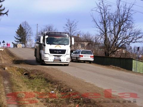 protest- drum- judetean-gropi-nicseni-roma-casa-fisuri-tinaj-rural-sate-drumuri-masini (110)