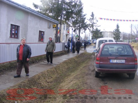 protest- drum- judetean-gropi-nicseni-roma-casa-fisuri-tinaj-rural-sate-drumuri-masini (74)