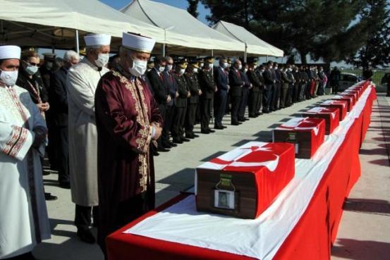 Πραγματοποιήθηκε τελετή για 14 μάρτυρες που εκταφίστηκαν από μαζικούς τάφους μετά από 46 χρόνια – – Gazete Demokrat