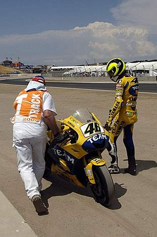 Vale guarda perplesso la sua moto: è costretto a rientrare ai box a piedi. Milagro