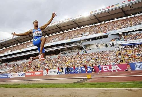 Il suo primo salto è subito notevole: 8,12 metri la misura, che verrà poi migliorata di 8 centimetri al 2° salto. Afp