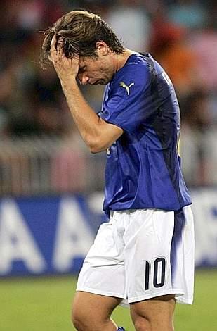 L'uscita dal campo di Cassano al fischio finale: l'1-1 non può soddisfarlo, nonostante sia stato il miglior azzurro in campo. Ap
