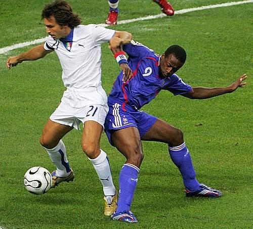 La partita inizia subito con grande decisione da parte dei francesi: Govou attacca Pirlo. Afp