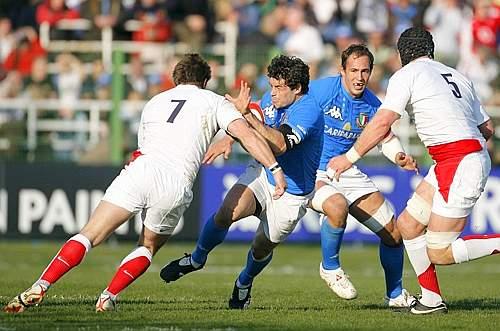 Andrea Masi e Sergio Parisse provano ad infilarsi tra Lipman (7) e Borthwick (5). Ansa