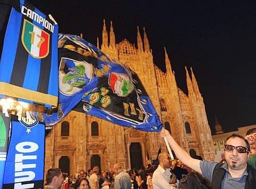 Tifosi nerazzurri in festa davanti al Duomo per il 17° titolo. (GazSport)